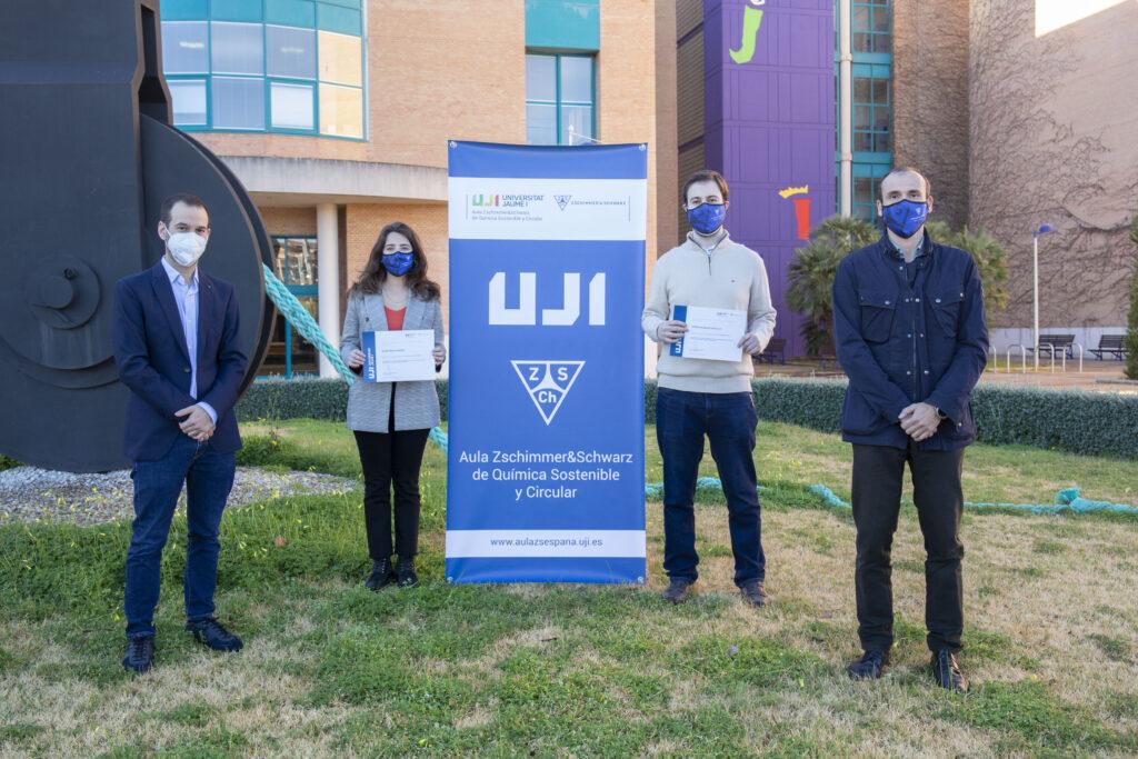 Los estudiantes galardonados por el Aula Zschimmer & Schwarz de Química Sostenible y Circular posan con los representantes de la empresa, Pedro Hernández y Aarón Martínez